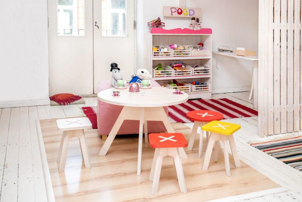 Väike ümmargune tool / taburet, punane